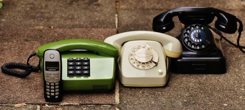 4 verschiedene Telefone - die Entwicklung des normalen Haustelefons über die letzten 80 Jahre.