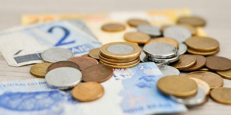 Eurogeldscheine und -Münzen auf einem Schreibtisch.