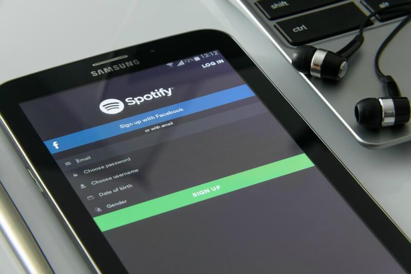 Smartphone mit dem Startbildschirm von Spotify.
