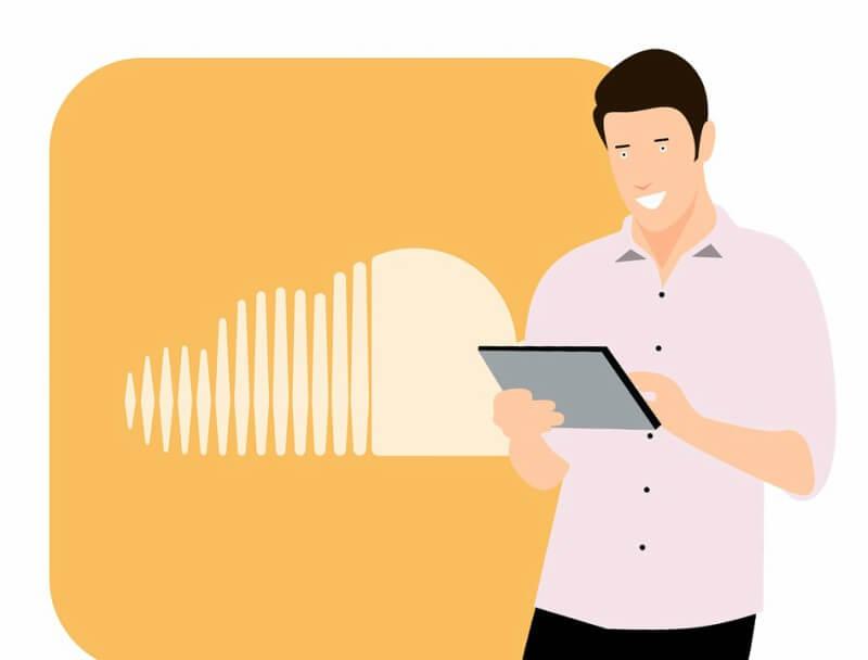 Mann klickt auf dem Tablet auf die SoundCloud App.
